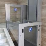 Plataforma vertical salvaescaleras en portal